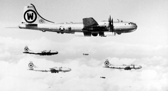 מפציצי B29 מטילים פצצות בשמי קוריאה