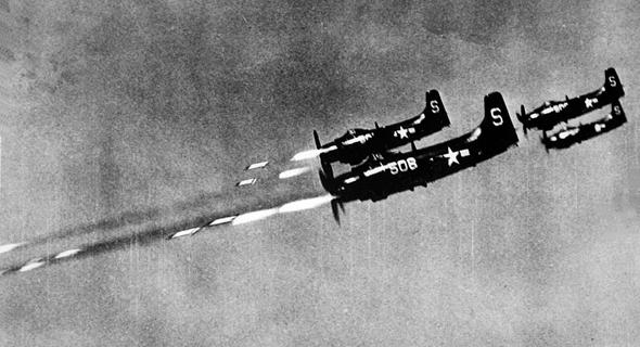 סקייריידרים יורים רקטות, צילום: USN