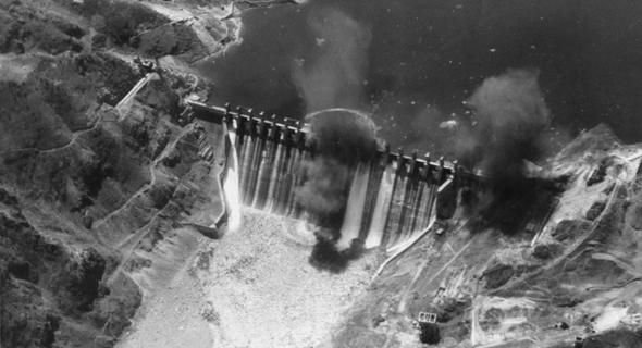 הסכר לאחר הפגיעה, מהחזית, צילום: USN