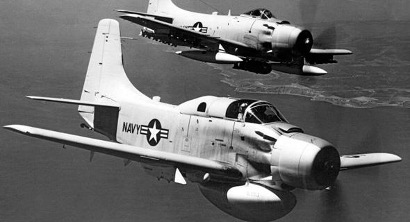 """סקייריידר משופר, ומלפניו סקייריידר למלחמה בצוללות; שימו לב לבליטה מתחת לגחון, בה מכ""""מ ימי , צילום: USN"""