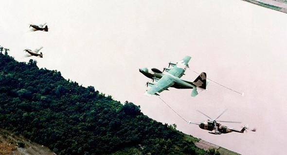 """כוח חילוץ של חיל האוויר האמריקאי בדרכו למשימה. מימין: מסוק CH53, הרקולס חמ""""ל ושני סקייריידרים"""