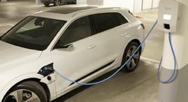 מכונית חשמלית בטעינה, צילומ: עמית שעל