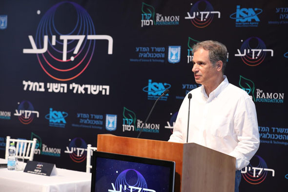 Next Israeli astronaut Eytan Stibbe speaks to the public announcing the experiments he will take with him to the ISS on Wednesday. Photo: PR