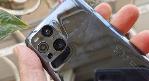 המצלמה מורכבת בתוך מגרעת נעימה ומעוגלת יחסית, צילום: רפאל קאהאן