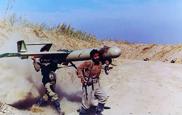 """חיילים איראניים לוקחים כטב""""מ מוהאג"""