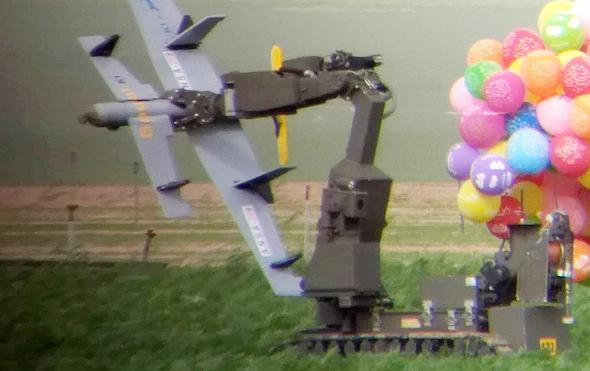 רובוט סילוק פצצות תופס את הצעצוע המשונה של חמאס, צילום: משטרת ישראל