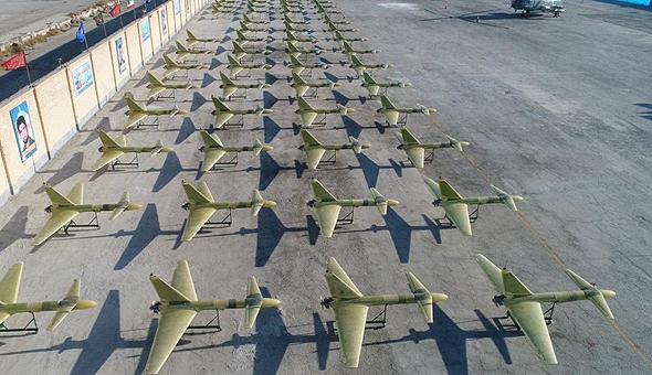 אבאבילים מחוץ למפעלי קודס באיראן, צילום: FARS