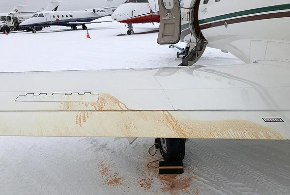 נזילת נוזל הידראולי מכנף מטוס קל
