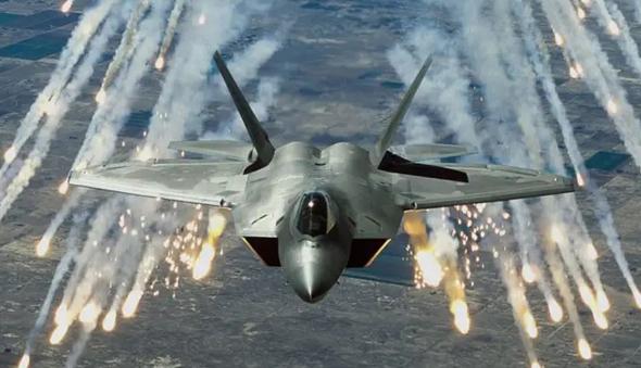 יכול ליפול כמו כל מטוס אחר. F22 משחרר נורי הטעייה נגד טילים