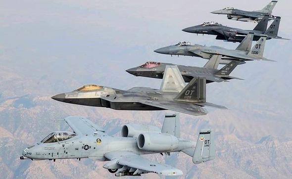 תמונה משפחתית. מלמעלה: ה-F16 הקטן, ה-F15E ומתחתיו F15C, ה-F35 החדיש, ה-F22 וה-A10