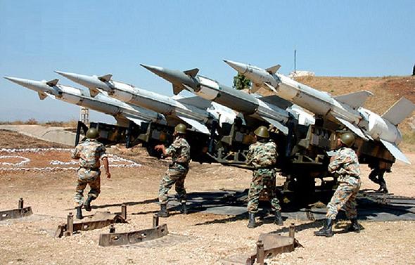 חיילים סורים מטפלים במשגר טילים