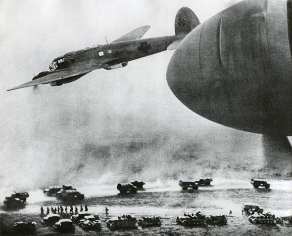 """מתקפה גרמנית משולבת: מפציצי היינקל וחי""""ר ממוכן, צילום: שאטרסטוק"""