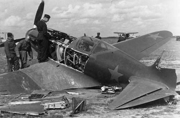 מטוס מיג 3 שהושמד על הקרקע, צילום: worldwarphotos