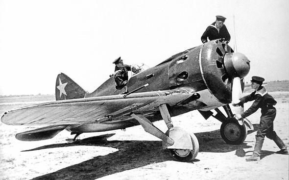 מכונאים מטפלים במטוס I16, צילום: Wikimedia