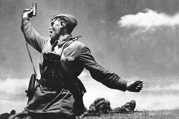 קצין רוסי מורה לחייליו להסתער, צילום: Wikimedia
