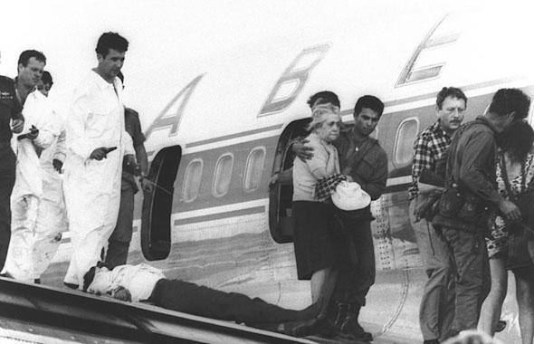 """שחרור חטופי מטוס סבנה ב-1972, במבצע נועז של צה""""ל. משמאל: אהוד ברק ודני יתום בסרבלי צוות קרקע, צילום:  דובר צה""""ל"""