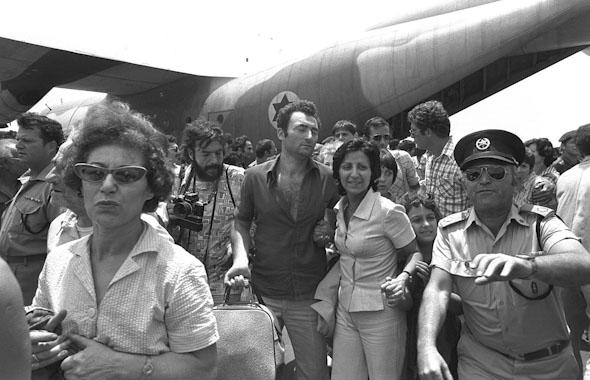 """פדויי שבי ממבצע יהונתן חוזרים לארץ, ויורדים ממטוס חיל האוויר, צילום:  דובר צה""""ל"""