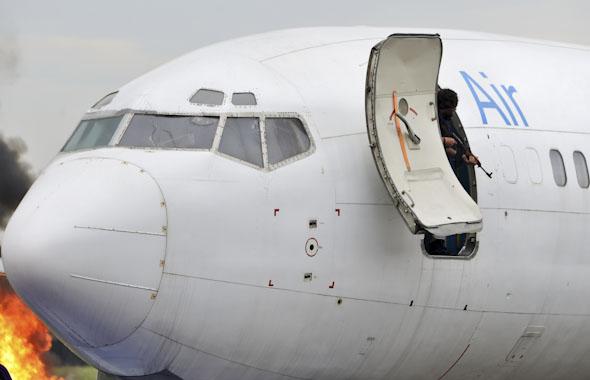 חוטף ונשקו מציצים מדלת מטוס, במסגרת תרגיל, צילום:  משאטרסטוק