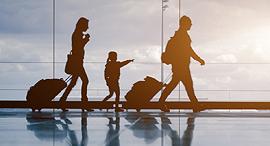 משפחה עושה רילוקיישן שדה תעופה