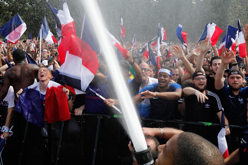 אוהדי נבחרת צרפת צופים במשחק בפריז מונדיאל 2018