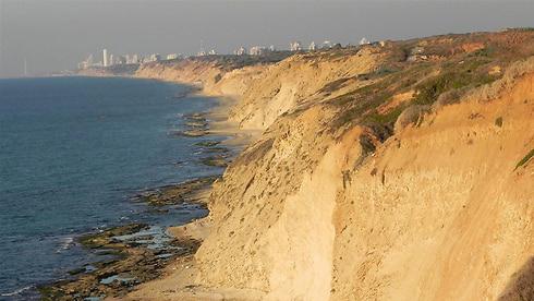 מצוק כורכר ב חוף ים ב מתחם אפולוניה ב הרצליה