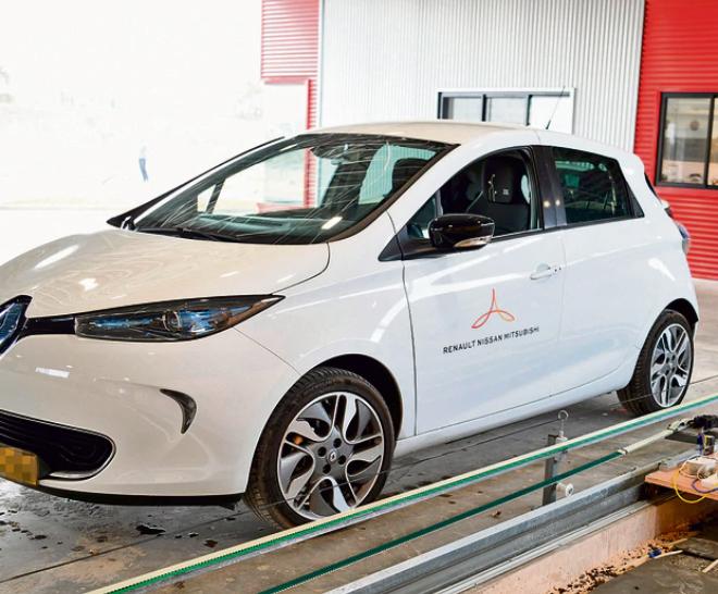 רנו תפטר אלפי עובדים ותיקים: תגייס חדשים לייצור רכב חשמלי