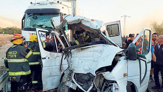 תאונת דרכים בהתנהגות בין משאית לרכב בכביש 90 סמוך לפצאל