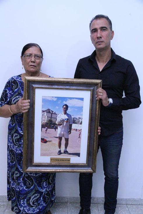אמו ואחיו של עמוס מנטין, צילום: זהר שחר