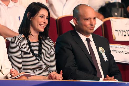 נפתלי בנט ואשתו גילת, צילום: אלכס קולומויסקי