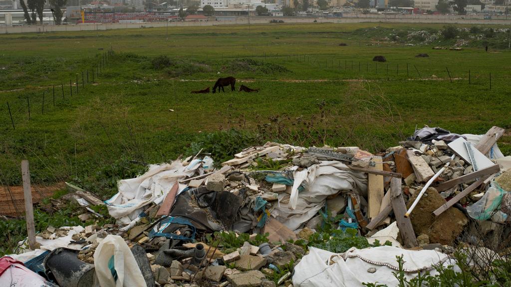 פסולת בניין המושלכת בשטח פתוח, צילום: יובל חן