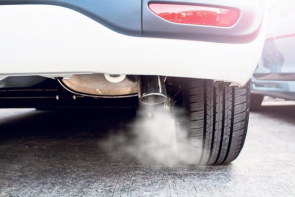אגזוז של רכב עם עשן זיהום רכב