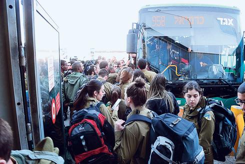 עומס בעלייה לאוטובוסים, צילום: הרצל יוסף