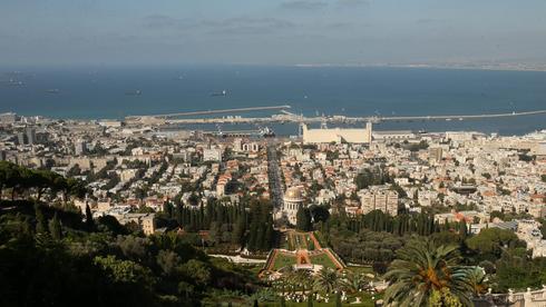 ברקע מפרץ חיפה , צילום: אלעד גרשגורן