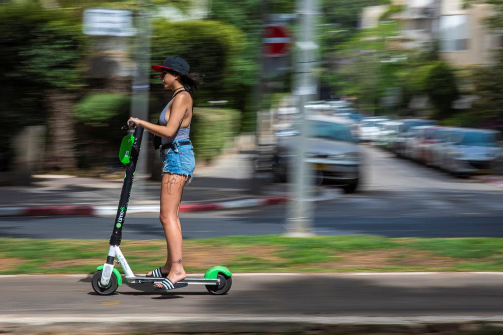 קורקינטיים קורקינטים קורקינט חשמלי שיתופיים של ליים ב שדרות רוטשילד תל אביב