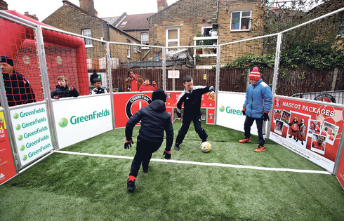ילדים משחקים כדורגל בלונדון, צילום: Adam Davy