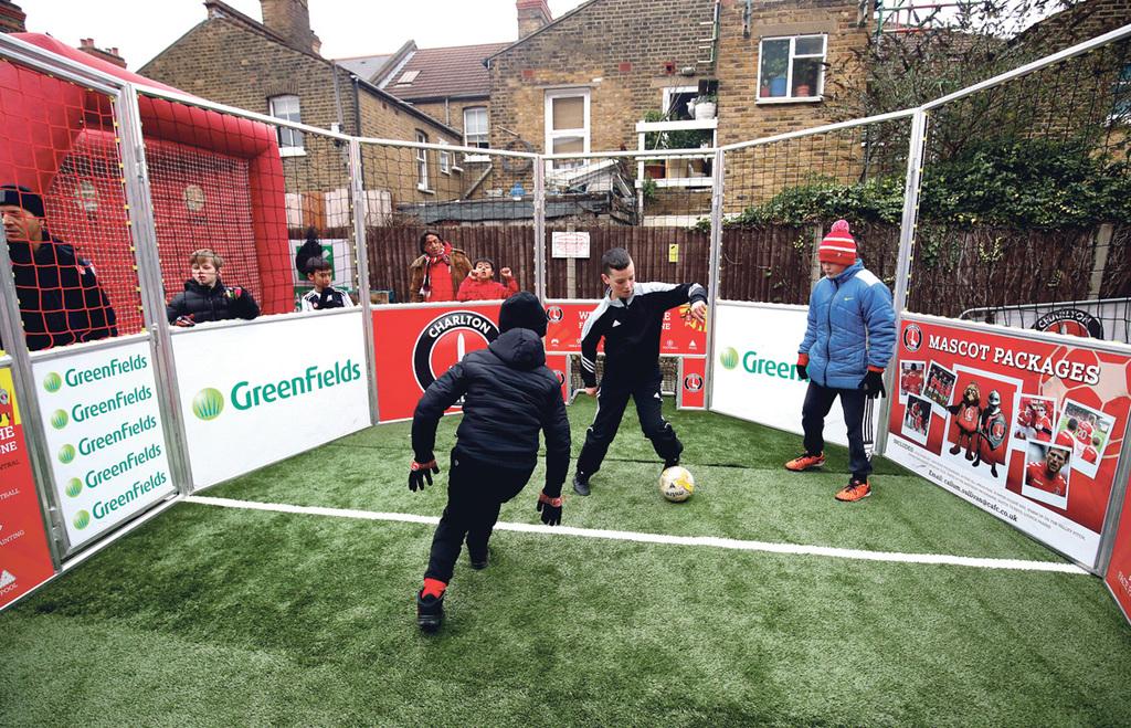 מוסף שבועי 30.5.19 ילדים משחקים ב כלוב כדורגל ב לונדון