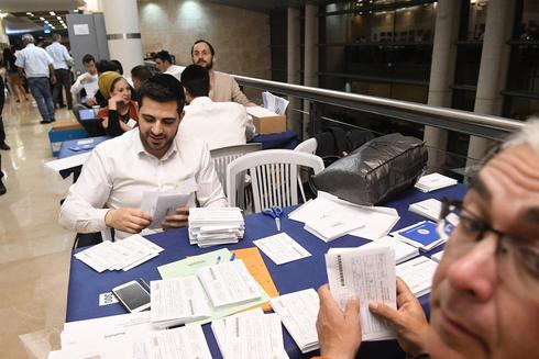 ספירת קולות לכנסת ה־21 בוועדת הבחירות, צילום: רפי קוץ