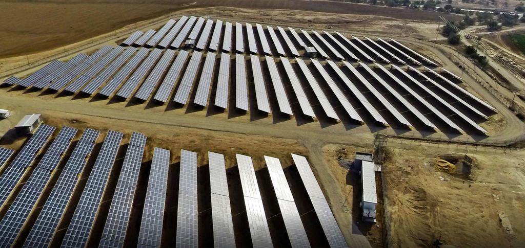 שדה סולארי לוחות סולאריים אנרגיה ירוקה