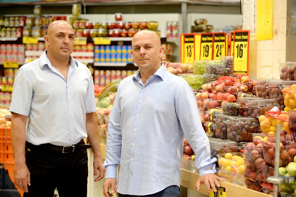 מימין שלומי אמיר ו יוסי אמיר בעלי פרשמרקט