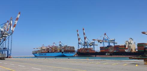 אוניית מכולות בנמל חיפה , צילום: מאור שלום סויסה