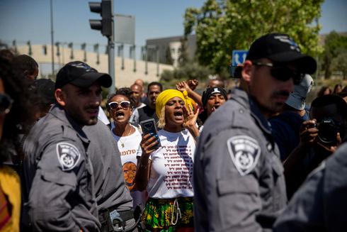 מחאת יוצאי אתיופיה מחוץ לכנסת, צילום: אוהד צויגנברג