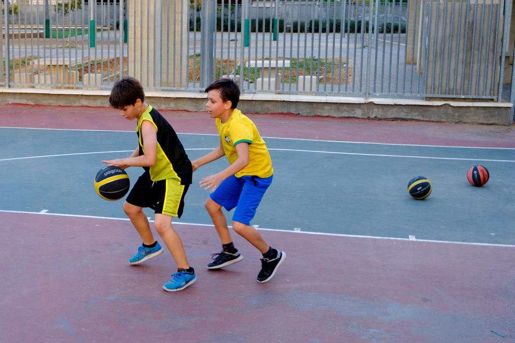 פנאי ילדים משחקים כדורסל