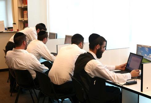 חרדים לומדים בקריה האקדמית אונו, צילום: צביקה טישלר
