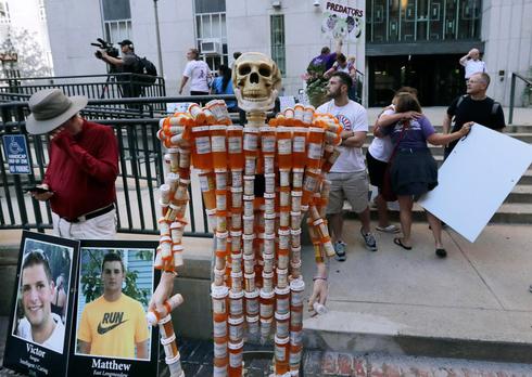 מיצג מחאה של משפחות הקורבנות בפרשת האופיואידים, צילום: איי פי