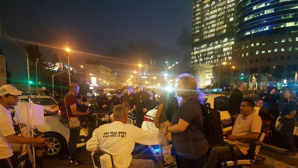 הפגנה נכים מחאה השוואה קצבאות שכר מינימום צומת עזריאלי חסימה כבישים 2