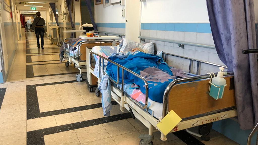 חולים במסדרון בית החולים ברזילי אשקלות מערכת הבריאות מצוקת אשפוז בתי חולים