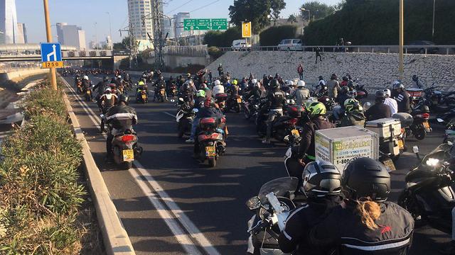 אפל בהמלצה לרוכבי האופנועים: אל תתקינו את האייפון על הכידון
