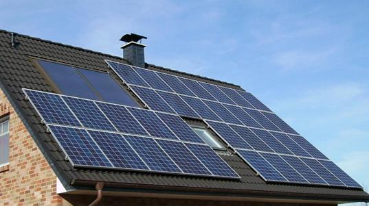 משרד השיכון מקדם הצבת פאנלים סולאריים על 1,000 מבנים של דיור ציבורי