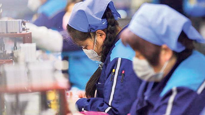 וירוס קורונה פועלים מפעל בסין