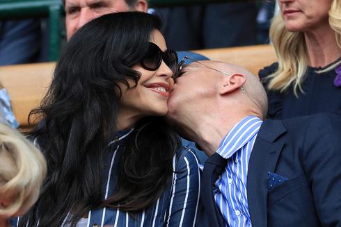 ג'ף בזוס וזוגתו לורן סנצ'ז מתנשקים בווימבלדון, צילום: גטי אימג